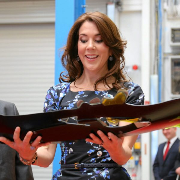 Crown-princess-Mary-gets-the-Glass-art-FOR-HOPE-AND-TOLERANCE-